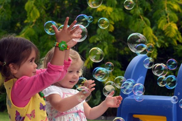 Two-little-girls-with-bubble-machine-1-scaled-600x400_c